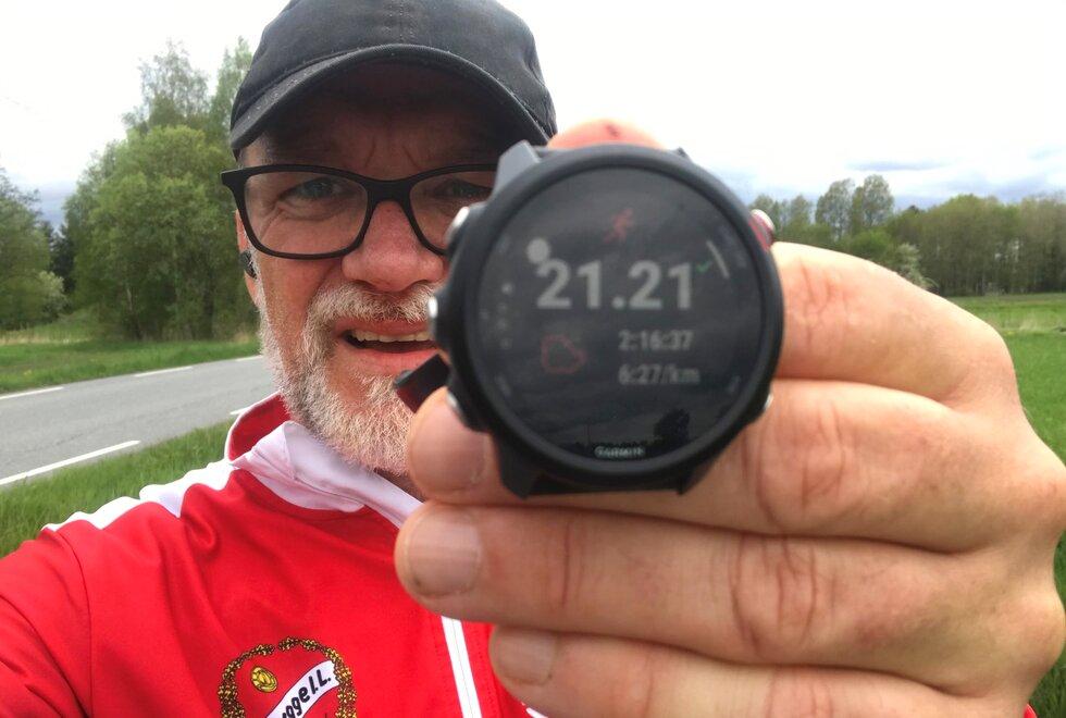 Fornøyd: Tom Ostad ble svært glad da han kun 2,5 måned etter hjertestansen klarte å løpe halvmaraton på 2.16. (Foto: privat)
