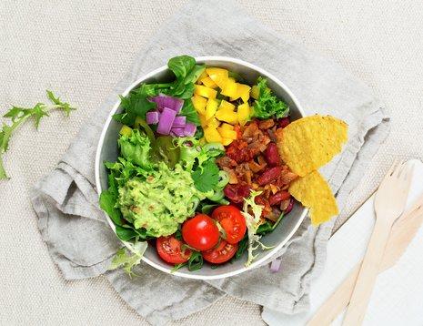 Bolle med tacosaus, paprika, tomater, rødløk og guacamole