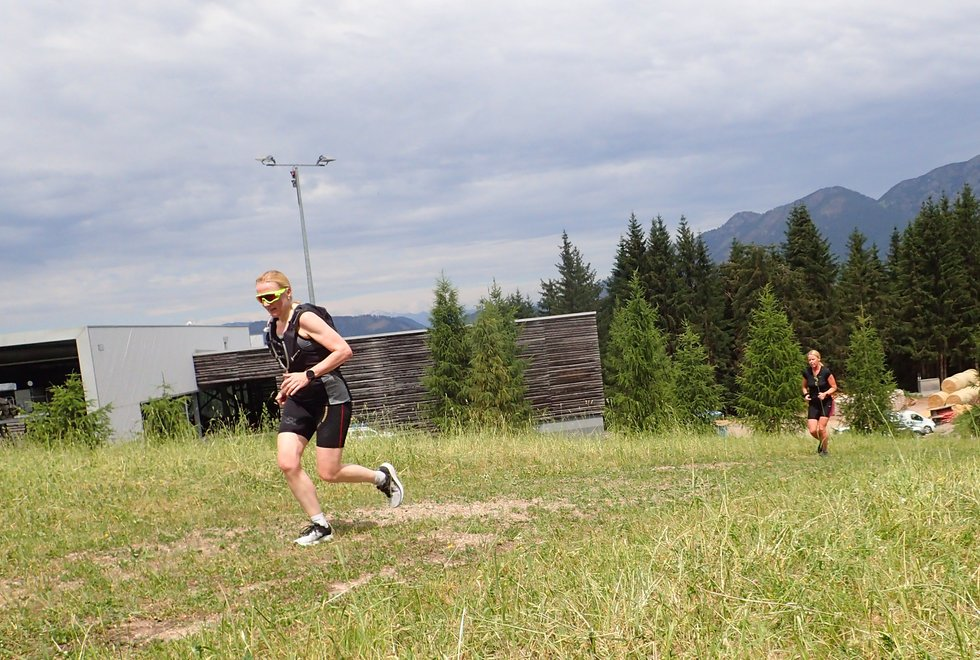 Hilde Haavik Asperheim (fremst) og Wenche Wikstrøm i Monsterbakken i Cavalese i Val di Fiemme, Dolomittene, Italia