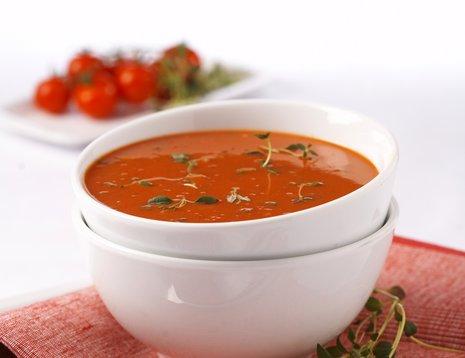 Tomatsuppe i hvit bolle