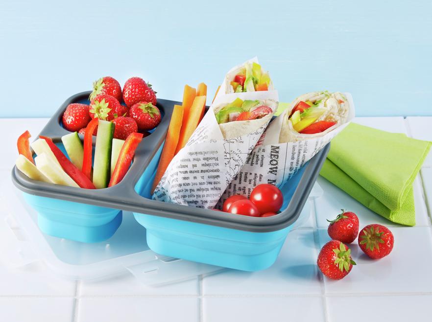 Matboks med wraps, grønnsaksstaver og bær
