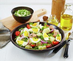 Miljøbilde av potetsalat med kokt egg og tunfisk.