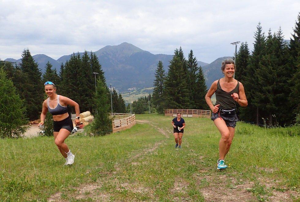 t.v: Margaretha Nijs Skaar og mamma'n Kristin Nijs opp Monsterbakken i Cavalese i Val di Fiemme, Dolomittene, Italia. Bak kommer Marit Moen.