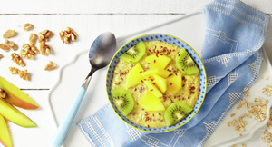 Smoothie bowl med avokado og mango pyntet med frø og kiwiskiver