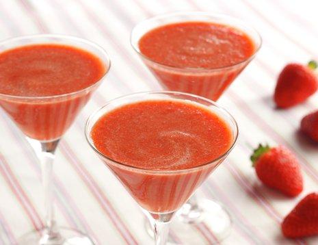 Tre høye glass med jordbærsmoothie