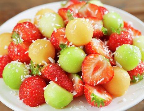 Jordbær- og melonsalat på hvit tallerken