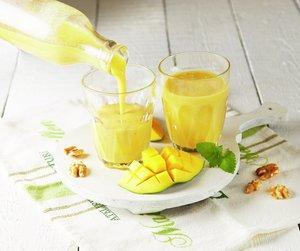 Gul mangosmoothie i to glass