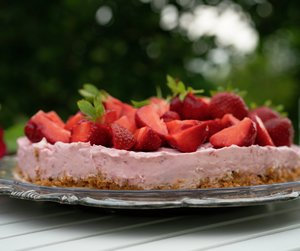 Ostekake med bringebær og jordbær