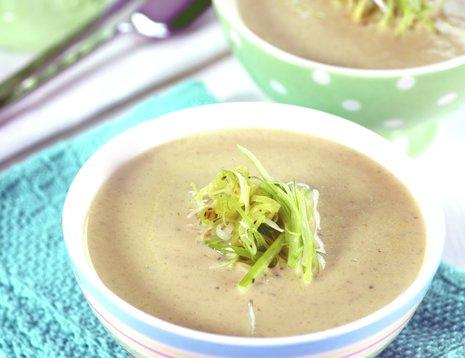 To skåler med potet- og purreløksuppe
