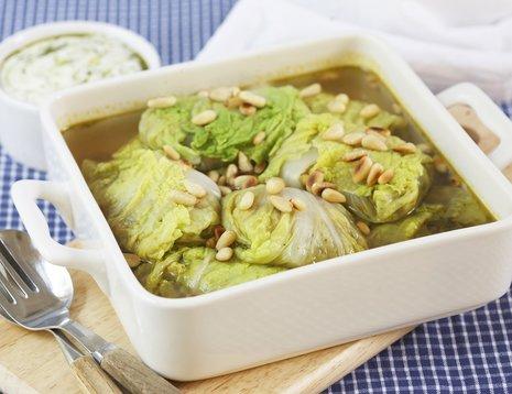 vegetarruletter med kinakål i hvitt ildfast fat