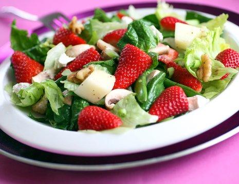Jordbærsalat på hvitt fat