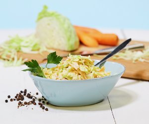 Coleslaw er et nydelig tilbehør f.eks. til grillmaten eller annen sommermat