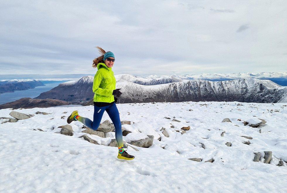 Gamlemsveten: Allerede i oktober lå snøen på Gamlemsveten som ruver 790 meter over havet. Det var ikke verre enn at Angelika og samboeren bak kameraet klarte seg uten truger. (Foto: Thorbjørn Kjærnli)