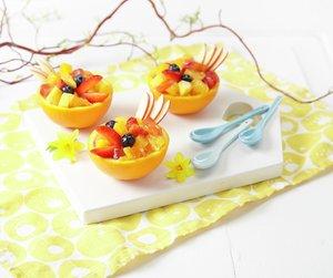 Appelsinsalat i halve appelsiner laget som påskekyllinger