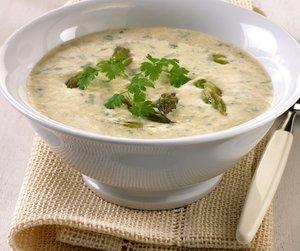 hvit bolle med aspargessuppe