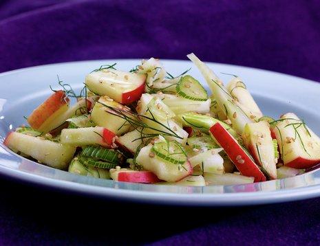 Oppskriftsbilde av eple- og fennikelsalat servert på et blått fat.