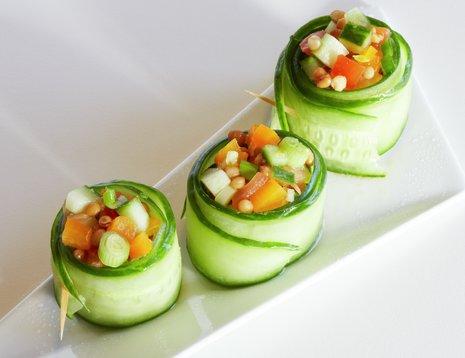 Tapasrett agurkruller med tomat- og linsesalat på hvitt fat