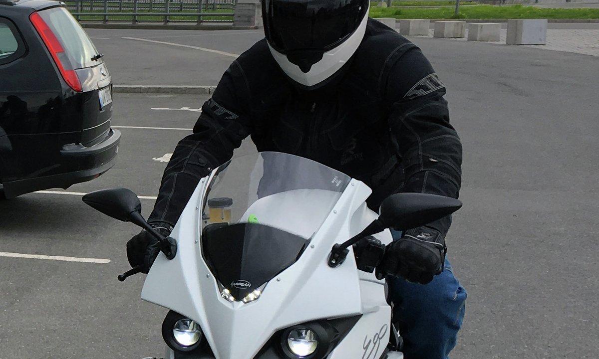 En elmotorsyklist på tur