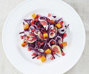 Oppskriftsbilde av rødkålsalat med fiken og søtpotet på hvit tallerken.