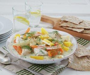 Dillkylling og grønnsaker på hvit tallerken