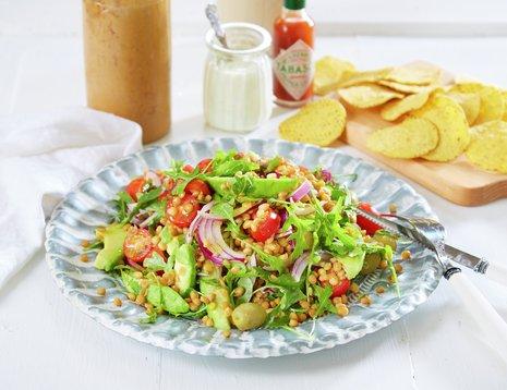 Oppskriftsbilde av linsesalat med avokado, rødløk og cherrytomater.