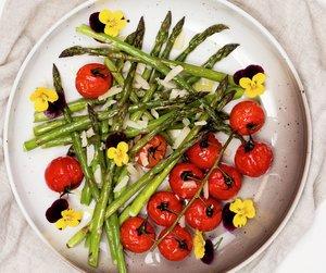Ovnsbakt asparges og tomater