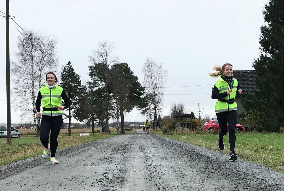 F.v: Hilde Johansen og Lene Malin Sefland, Kondistreninga Årnes arrangerte Kondisløpet 31. oktober 2020