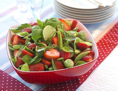 Jordbærsalat i rød bolle på prikkete duk