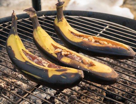 Grillspyd, rivesuppe og bananer på bålpanne
