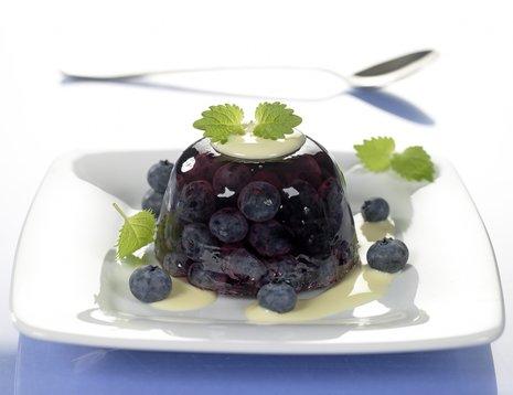 Gele med blåbær på hvit asjett
