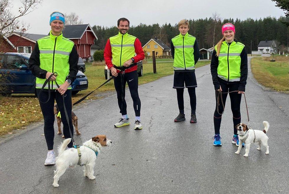 Besøk fra Kondistreninga Gran f.v.: Kate Arnbo, Finn Larsen, Trym Bergun Larsen og Mathilde Larsen med hunder,Kondistreninga Årnes arrangerte Kondisløpet 31. oktober 2020