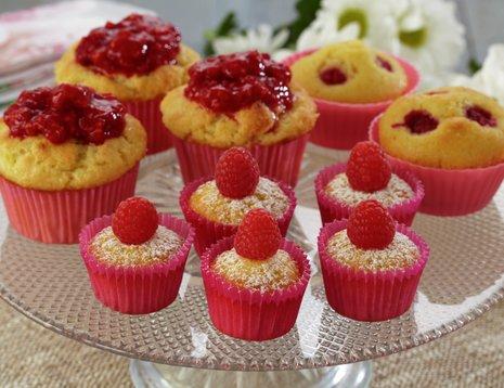 Samlebilde av ulike typer bringebærmuffins servert på stettfat i glass.