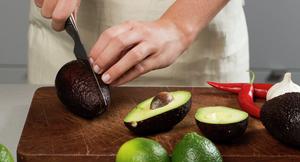 Ingredienser til hjemmelaget guacamole - avokado, lime, chili, hvitløk
