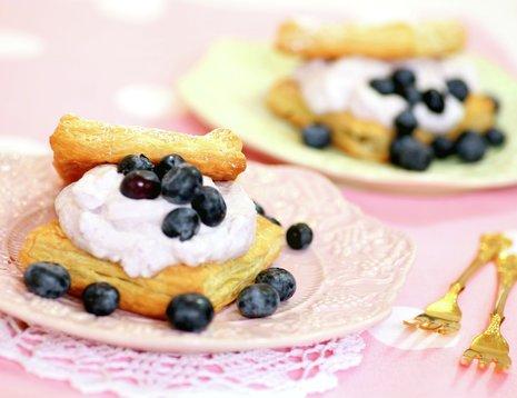 To asjetter med napoleonskake med blåbær