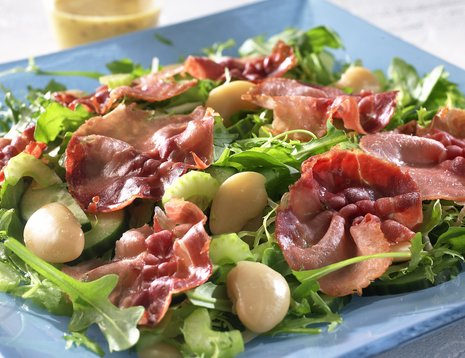 Oppskriftsbilde av salat med spekeskinke servert på blått fat