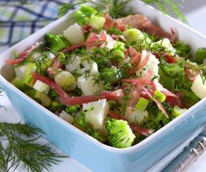 Oppskriftsbilde av salat med poteter, brokkoli og dill servert i en firkantet bolle.