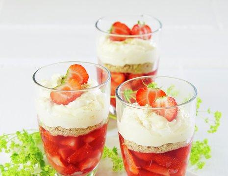 Tre glass med jordbær trifle