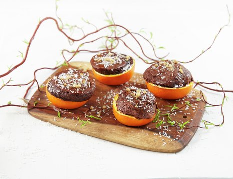 Sjokoladekake bakt i halve appelsinskall - f.eks. over bål, grill eller i ovn