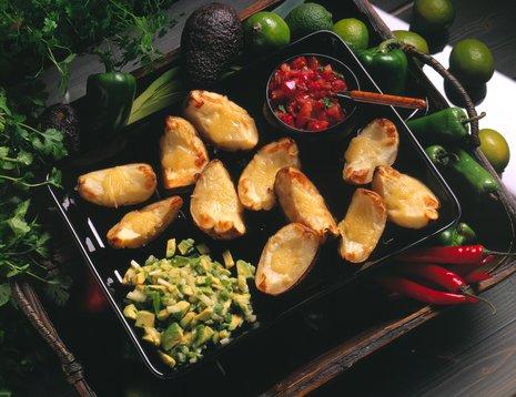 Crisp potato skins med rød og grønn salsa
