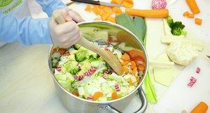 Barn lager grønnsakssuppe