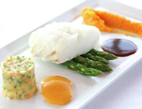 Torsk med asparges på hvitt fat