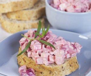 Oppskriftsbilde av rødbetesalat servert på brød på blå tallerken