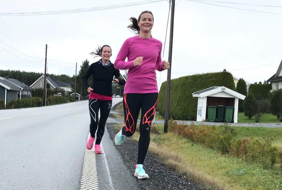 Foran: Annette Velde Sande og Sofiia Granheim, Kondistreninga Årnes arrangerte Kondisløpet 31. oktober 2020