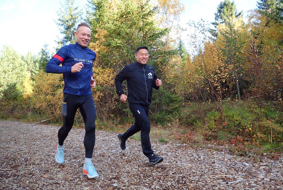 F.v.: Trener Frode Jermstad og utøver Tom Rune Brendhaug tar gjerne noen av løpeturene sammen. (Foto: Marianne Røhme)