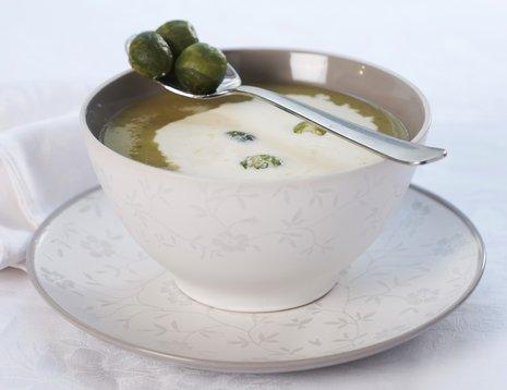 Rosenkålsuppe i hvit kopp