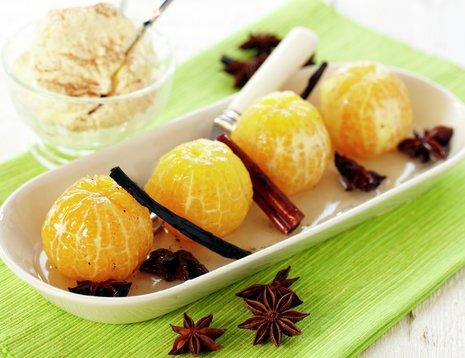 Krydderkokte klementiner på hvitt fat