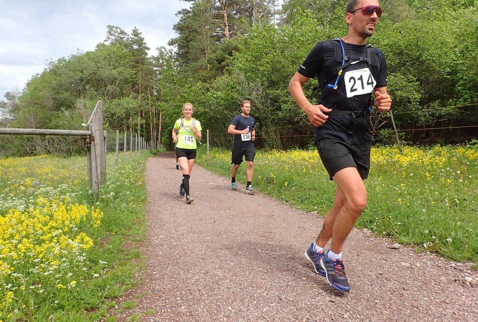 Frank Eriksen (foran), Astrid Wetrhus og Niklas Heia i Tretoppsløpet på Jeløya 2019