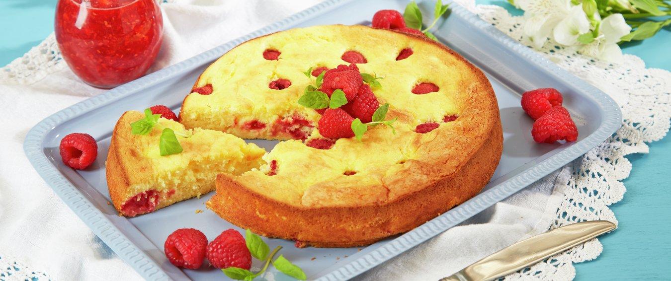 Oppskriftsbilde av kake med bringebær servert på fat.