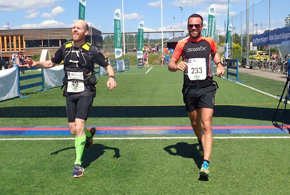 Håvard Juliussen (t.v) løp sin første maraton under Nordmarka Skogsmaraton 2019. Her sammen med Trond Håvard Brunes.