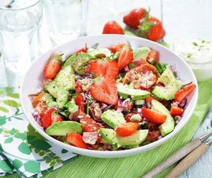 Couscoussalat med jordbær og avokado på grønn duk